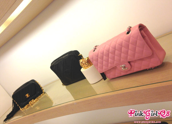 596254482 Rue de Cambon Vintage Chanel يعرض في هارفي نيكلز في الامارات مول مجموعة